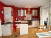 Blick vom Wohnbereich zur Küche mit Essecke